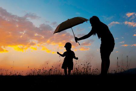 Anyuka esernyőt tart a kislánya felett
